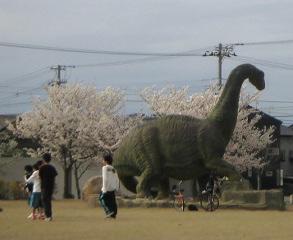 恐竜も桜を背負って